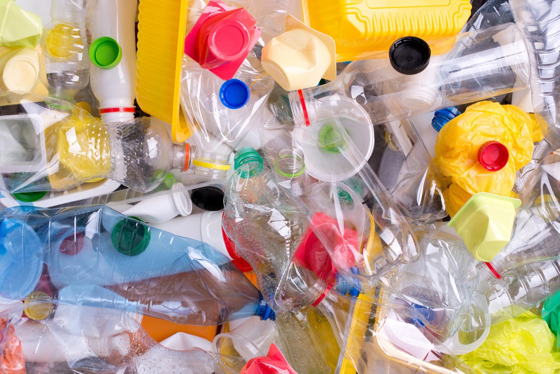 Производство вторичной гранулы начинается с процесса сортировки отходов по типам полимера картинка